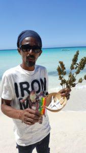 Un venedor de marihuana a la platja