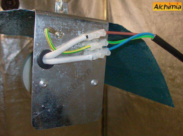 2. Realizamos la conexión entre reflector y balastro