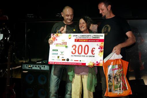 Mai Chi con Ramon y David de Alchimia recogiendo el 2 premio de interior