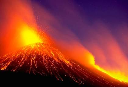 Volcán con lava