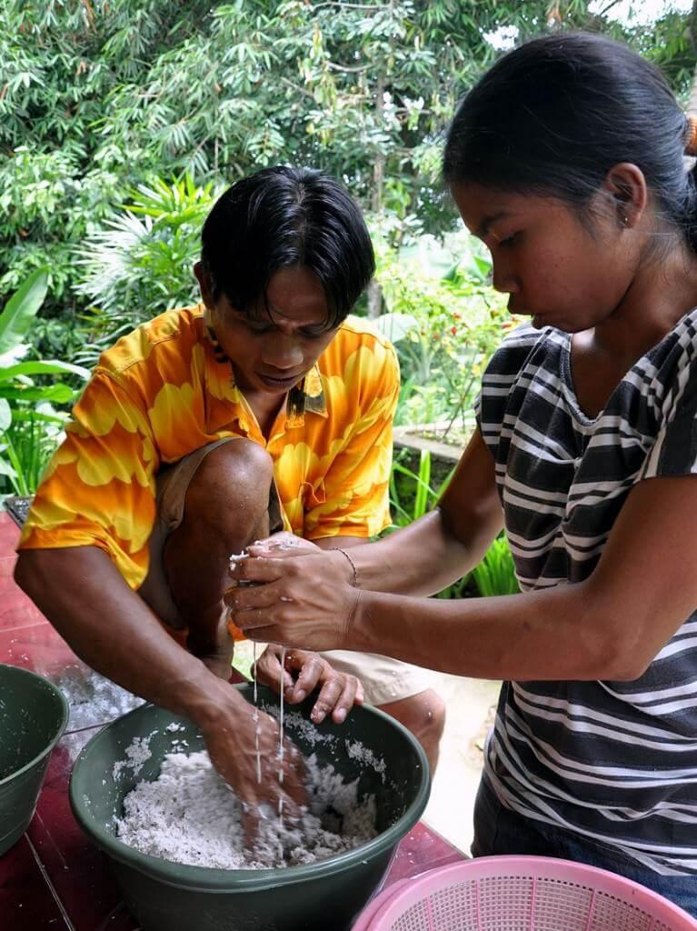 Extracción artesanal del aceite de coco en Bali.