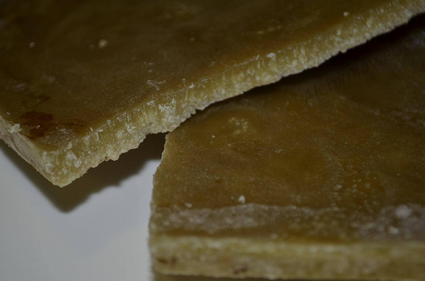 El aceite solidificado después del proceso de extracción de los cannabinoides