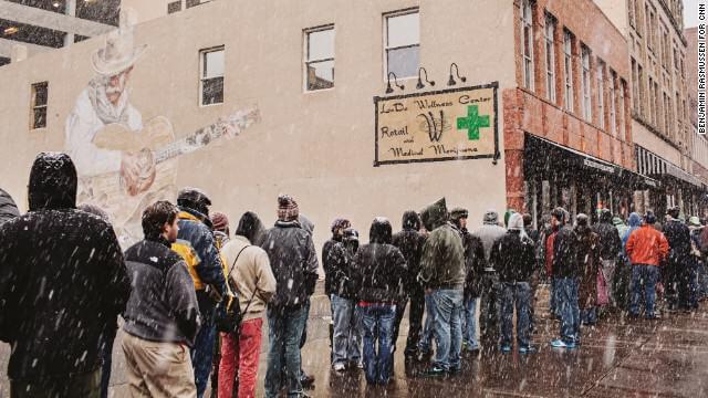 Gente esperando para comprar marihuana recreativa en Colorado
