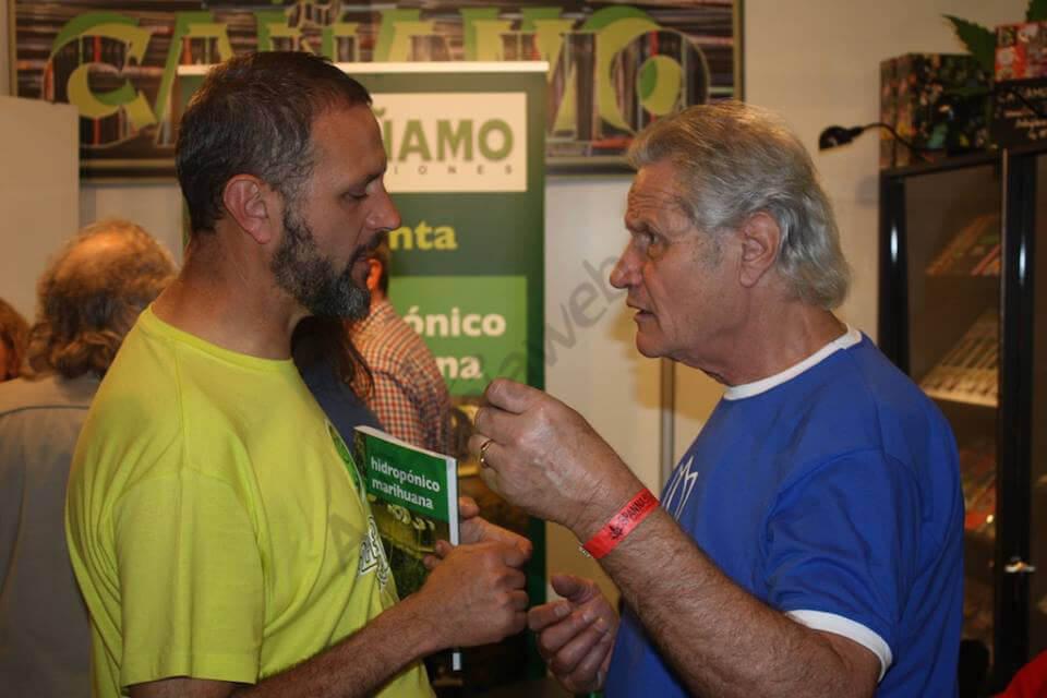 David de Alchimia con Wiliam de General Hidroponic compartiendo libro