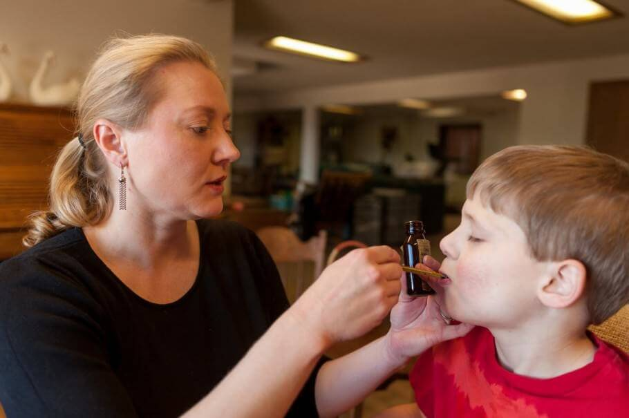Niño tratando su epilépsia