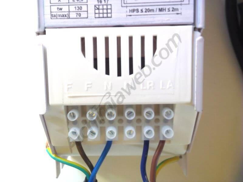 Balastro con los cables conectados