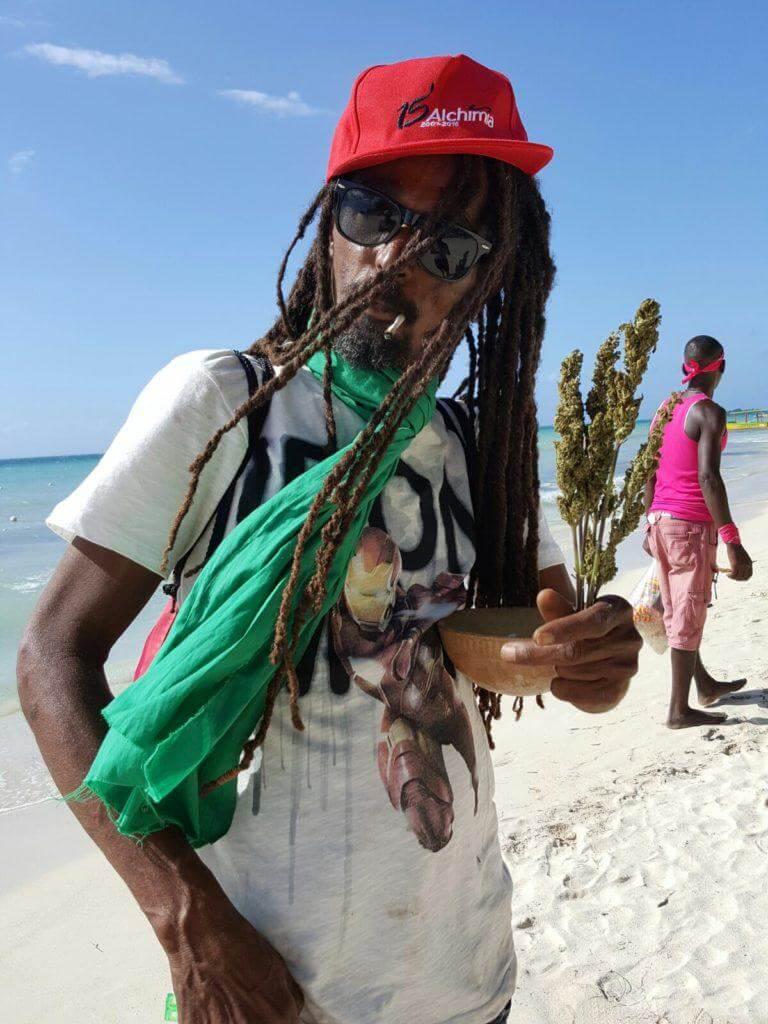 Los Jamaicanos finalmente pueden fumar cannabis sin preocuparse por la persecución de la policia!