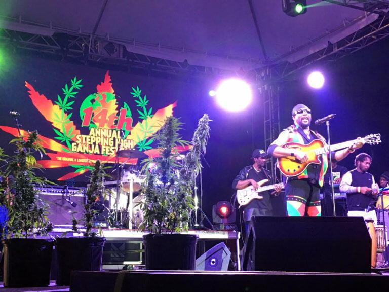 El legendario Toots Hibbert durante el concierto en la 14ª edición del Stepping High Ganja Festival