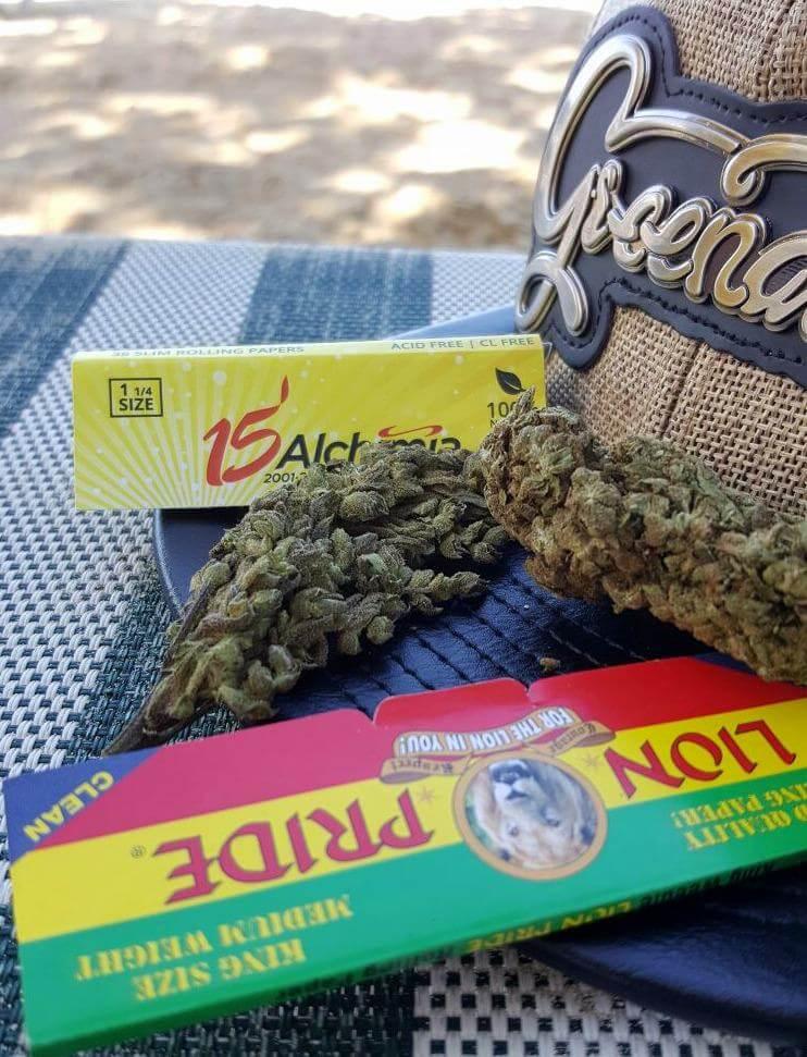 Cogollos de cannabis que se venden legalmente en la playa