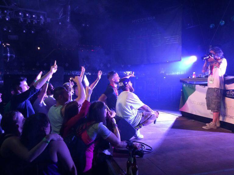 Little Pepe y DJ Mecks posando con el público