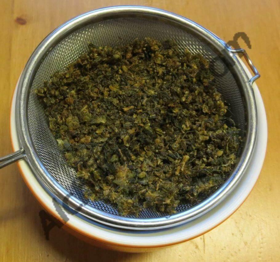 Separar el aceite de cannabis con la ayuda de un colador