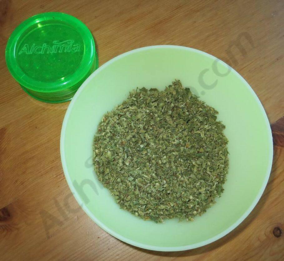 Cogollo triturado para hacer la infusión de cannabis