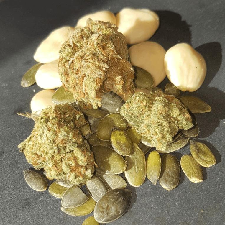 Almendras, cogollos de cannabis y semillas de calabaza