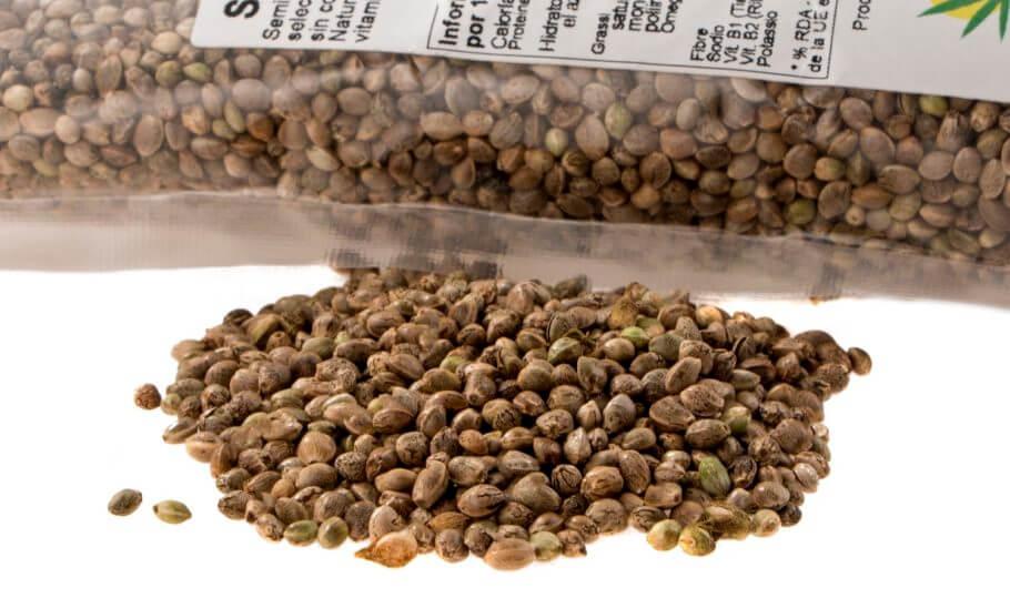 Semillas de cáñamo enteras comercializadas y listas para su consumo