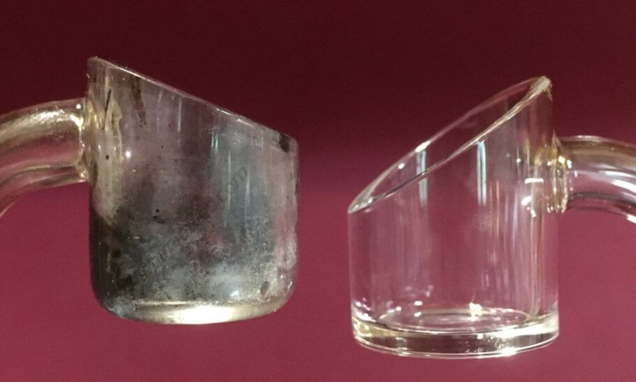 Un banger ennegrecido en comparación con otro que sólo se ha usado a bajas temperaturas