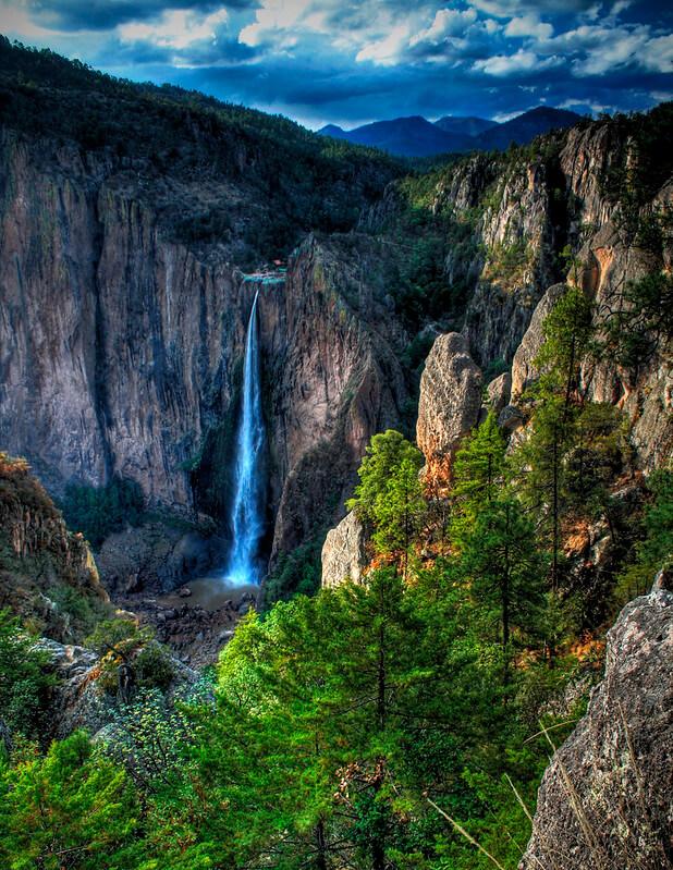 La Sierra Madre Occidental recorre casi todo el país de norte a sur, paralela a la costa pacífica