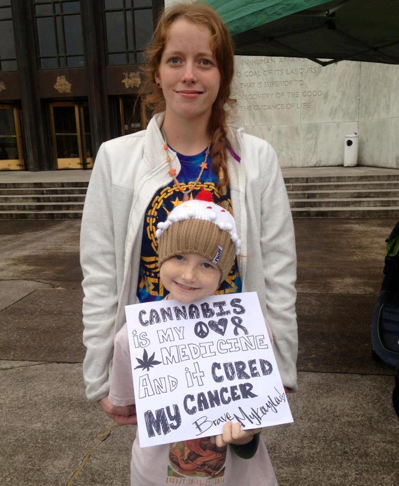MykaylaComstock, nena de 7 anys que pateix de leucèmia, utilitza l'oli de Rick Simpson