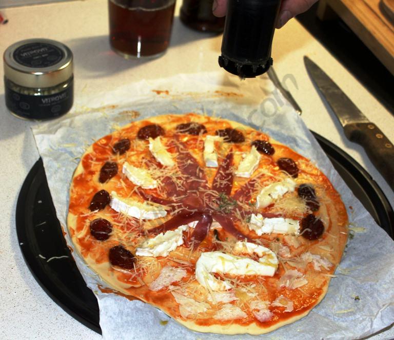 Pizza a punt de ser fornada