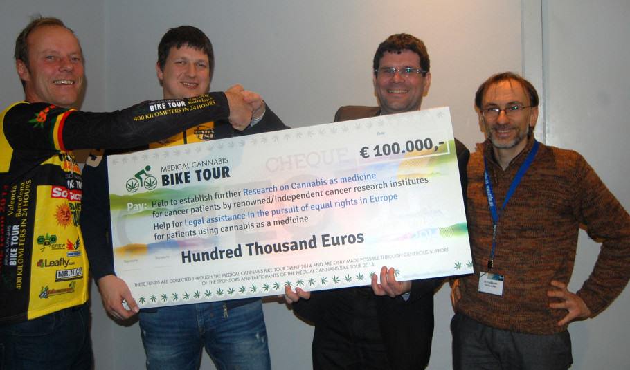 L'equip de Medical Cannabis Bike Tour aportant un xec de 100.000 € per a l'estudi del glioma
