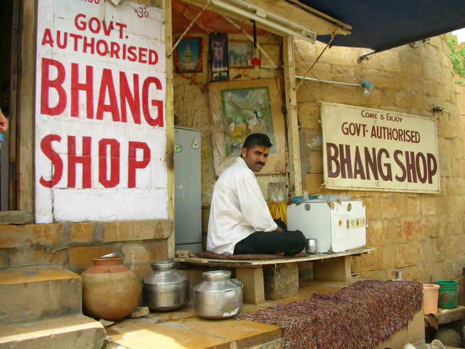 En alguns llocs de l'Índia es pot gaudir del Bhang (beguda elaborada amb llet i cànnabis)