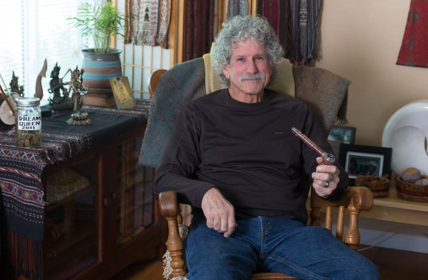 Pacient consumint la seva cànnabis medicinal ajudat d'una pipa (Foto: drugpolicy.org)