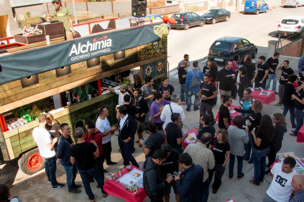 Festa en el exterior de la botiga Alchimia