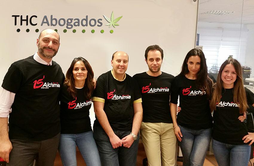 """Equip """"THC Abogados"""" en el seu despatx amb les samarretes del 15è aniversari Alchimia"""