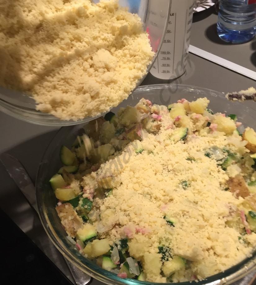 Acabant la preparació del crumble salat amb marihuana