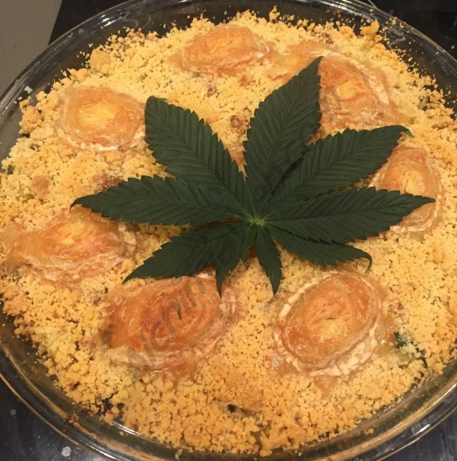 Crumble salat amb carbassons, cebes, formatge de cabra i mantega de cànnabis
