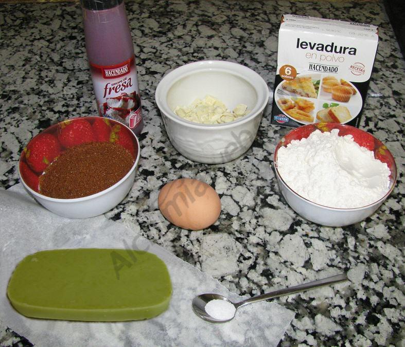 Ingredients per fer les cookies: xocolata blanca, mantega de Marràqueix, coulis de maduixa...