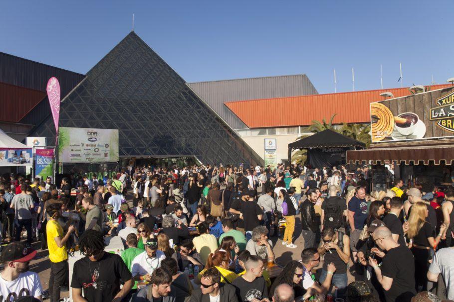 Gran ambient a la zona exterior de la fira, on es concentren els xiringuitus i els concerts