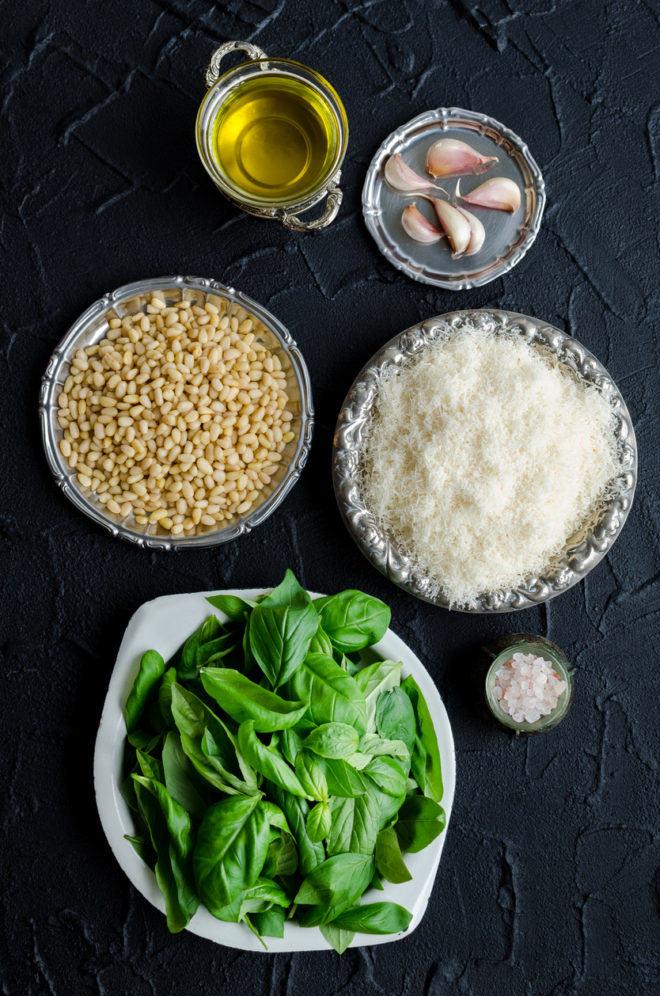 Ingredients per preparar un pesto. En el nostre cas farem servir oli d'oliva infusionat amb cànnabis