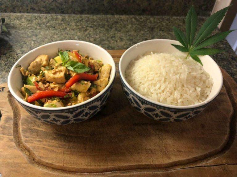 Curri verd Thai de pollastre i verdures al Cànnabis