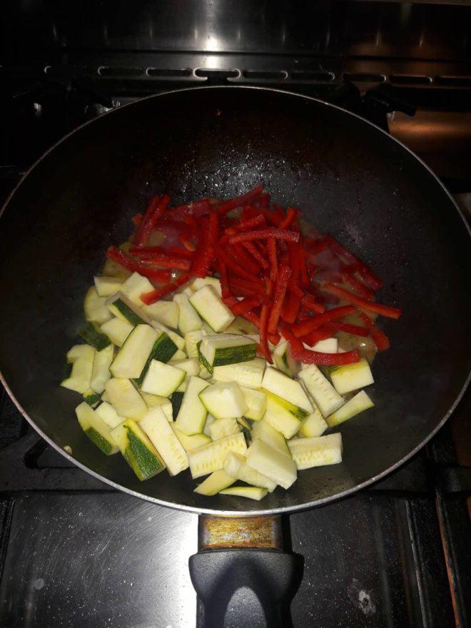 Pas 5: Afegim les verdures i sofregim 5 minuts més