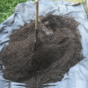 És important barrejar bé els ingredients del Supersoil (Foto: @theenglishcut)