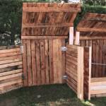 Grand composteur en bois.