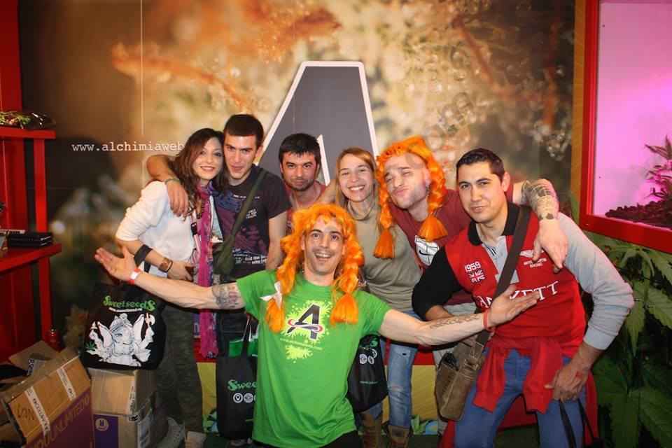 Visiteurs au stand Alchimia