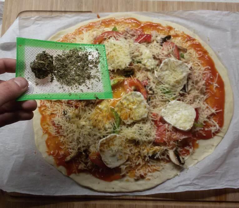 Ajout de cannabis en poudre sur la pizza
