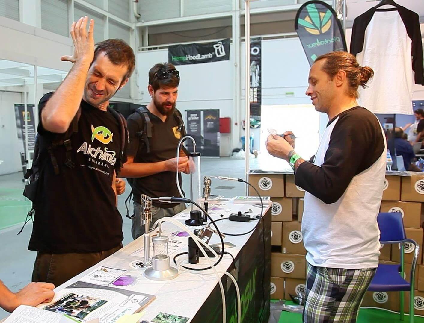 Enrico Bouchard présente son Sublimator à l'équipe d'Alchimia