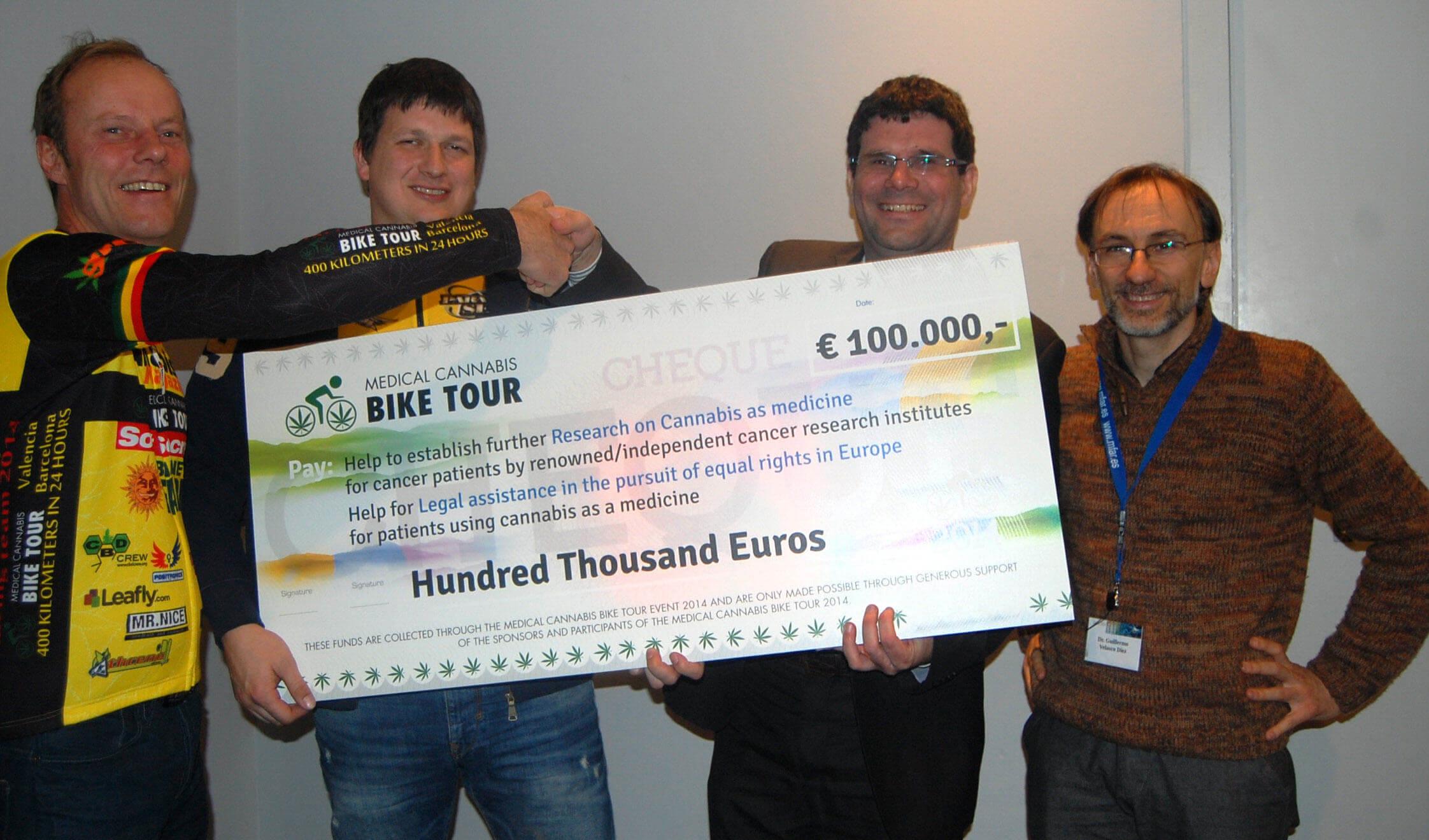 L'équipe de Medical Cannabis Bike Tour remet un chèque de 100 000€ pour la recherche contre le gliome