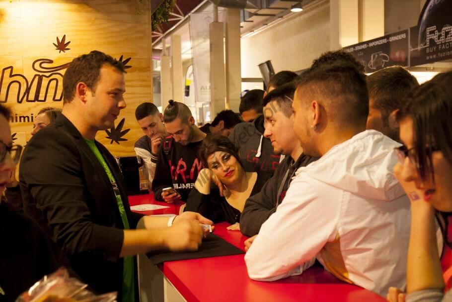 Le magicien avec des visiteurs