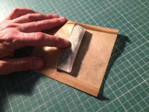 Nous mettrons le sac dans une enveloppe de papier cuisson