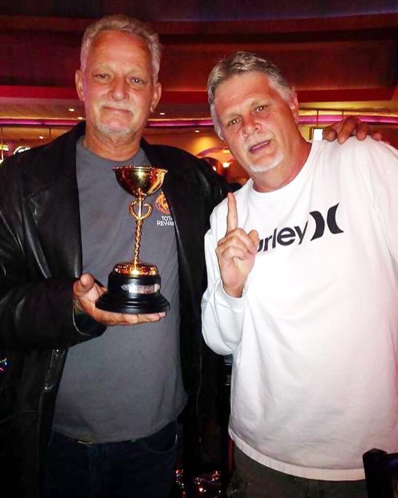 Joesy et Watty célèbrent l'une des nombreuses coupes de souches GG